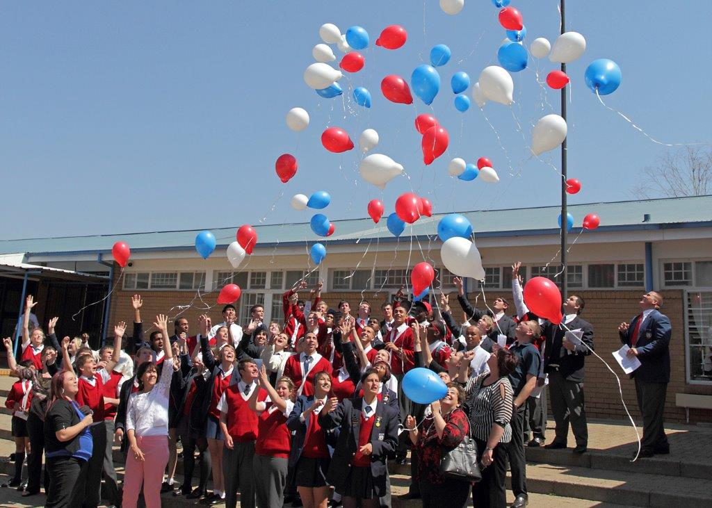 Matrics and teachers releasing the balloons
